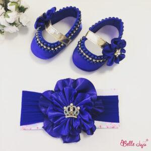 Sapatinho de bebe customizado azul com fita de flor -0