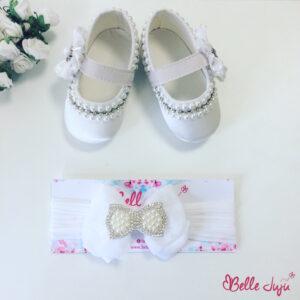 Sapatinho de bebe customizado branco com brilhantes pratas e fita de bebe com laço